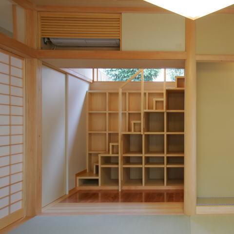 建築家:三竹 忍「魅せる床の間と中庭、雪見障子の風景を楽しむ、 板の間に囲まれた和空間」