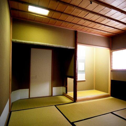 究極の終の棲家ちいさな茶室 かすかな光を楽しむ時間の写真 僅かな光を感じる茶室