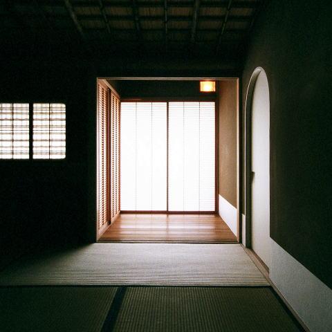 究極の終の棲家ちいさな茶室 かすかな光を楽しむ時間の写真 僅かな光を感じる茶室2