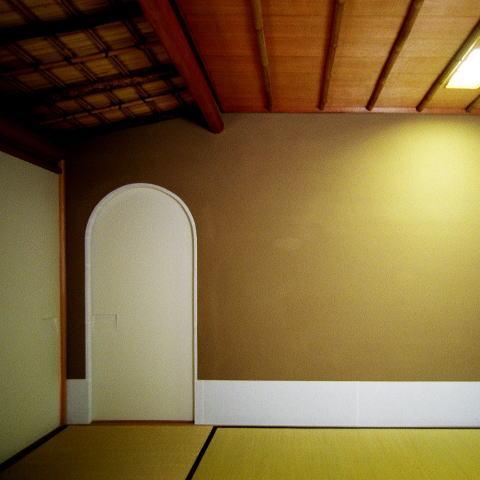 究極の終の棲家ちいさな茶室 かすかな光を楽しむ時間の写真 僅かな光を感じる茶室3