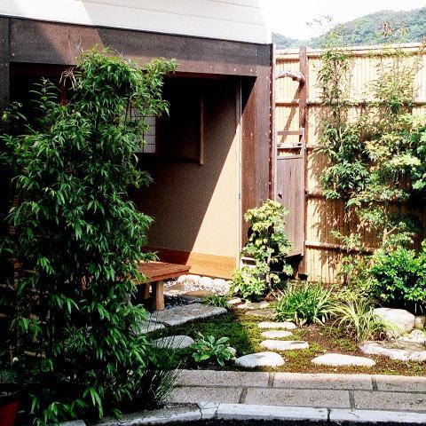 究極の終の棲家ちいさな茶室 かすかな光を楽しむ時間の写真 ちいさな中庭