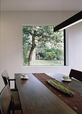 寛の家52の部屋 ダイニングから柿の木を望む