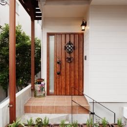 T邸・家族のくらしをより楽しく豊かにするとっておきの家 (フラワーボックスを設えた玄関ポーチ)