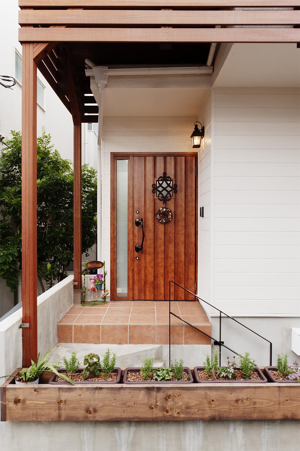 T邸・家族のくらしをより楽しく豊かにするとっておきの家の部屋 フラワーボックスを設えた玄関ポーチ