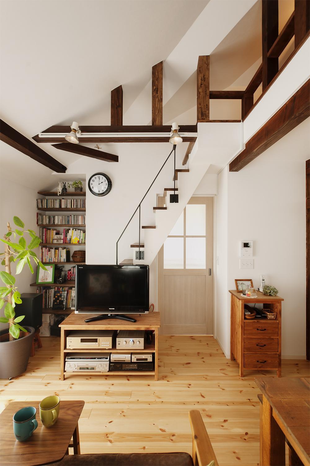 T邸・家族のくらしをより楽しく豊かにするとっておきの家の部屋 ロフトにつながる階段