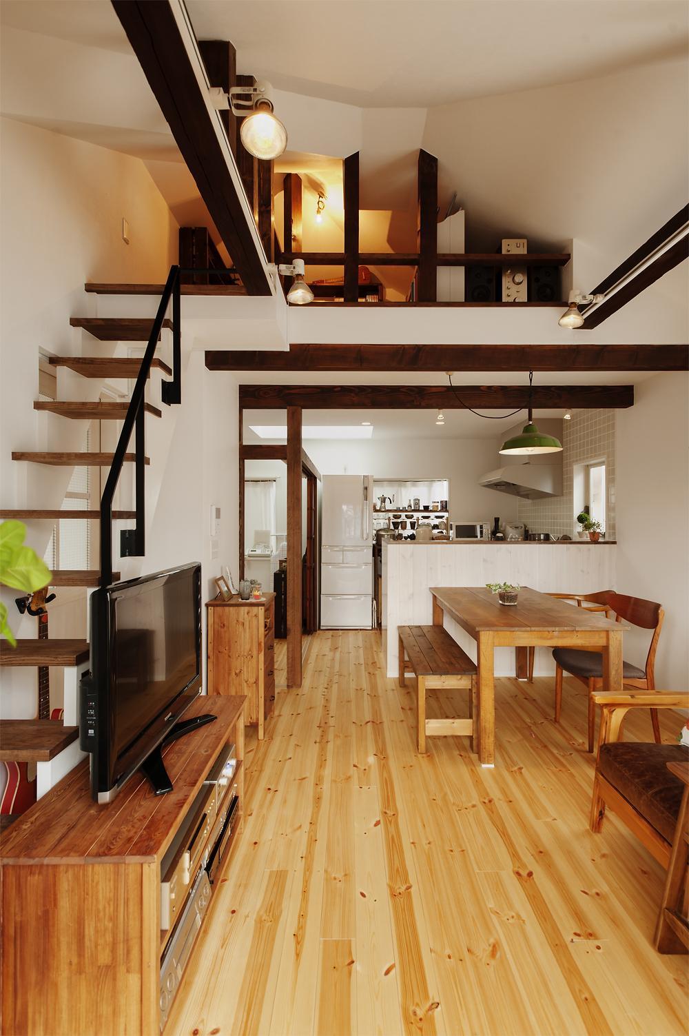 T邸・家族のくらしをより楽しく豊かにするとっておきの家の写真 ロフト付きの開放的なLDK