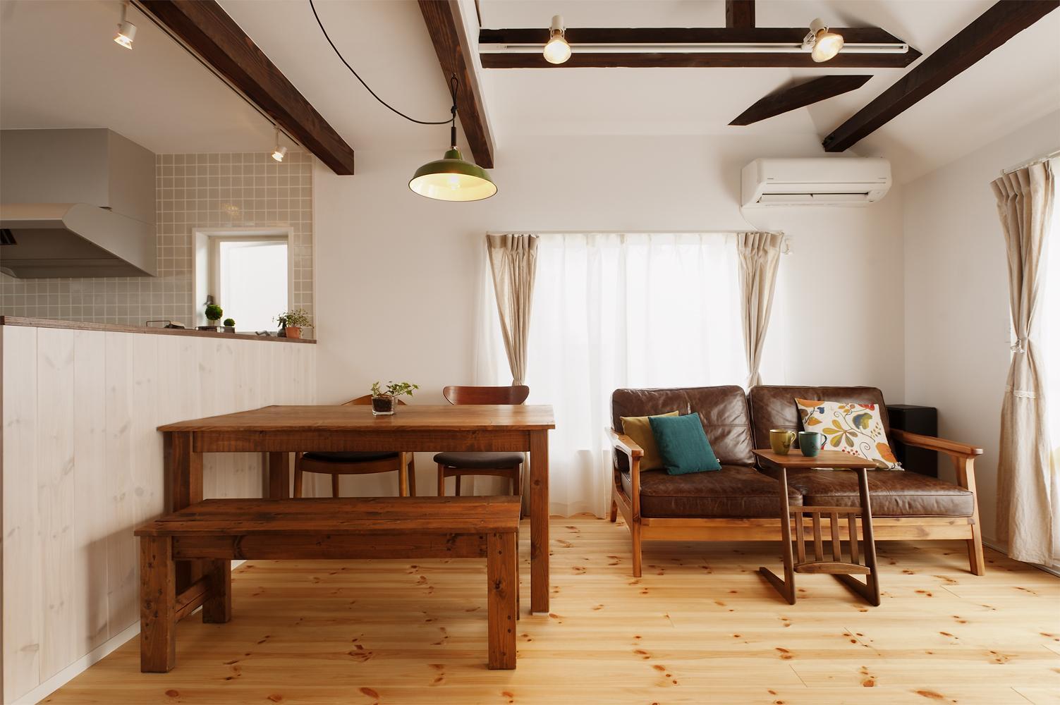 T邸・家族のくらしをより楽しく豊かにするとっておきの家の部屋 明るいリビングダイニング