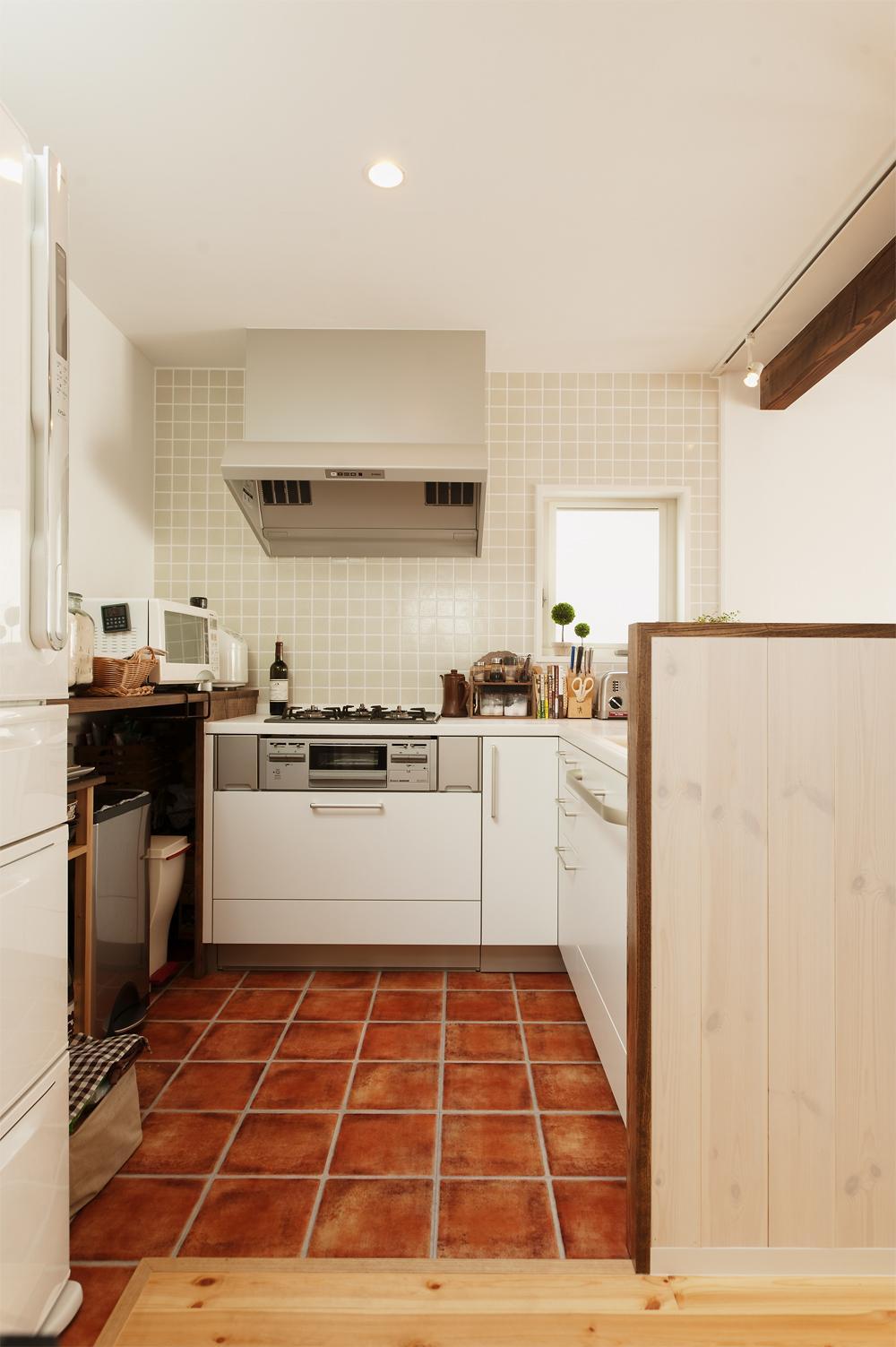 T邸・家族のくらしをより楽しく豊かにするとっておきの家の部屋 機能的なL字型キッチン
