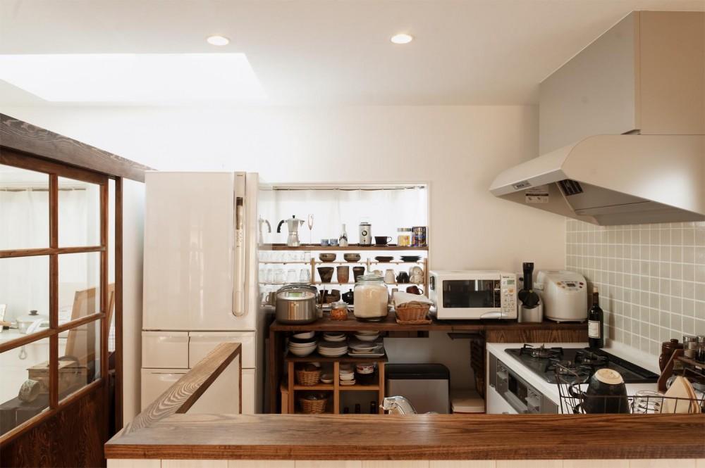 T邸・家族のくらしをより楽しく豊かにするとっておきの家 (収納たっぷりの明るいキッチン)