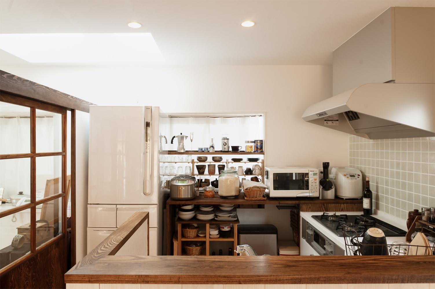 T邸・家族のくらしをより楽しく豊かにするとっておきの家の部屋 収納たっぷりの明るいキッチン