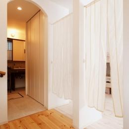 T邸・家族のくらしをより楽しく豊かにするとっておきの家 (子供部屋入口・洗面室入口)