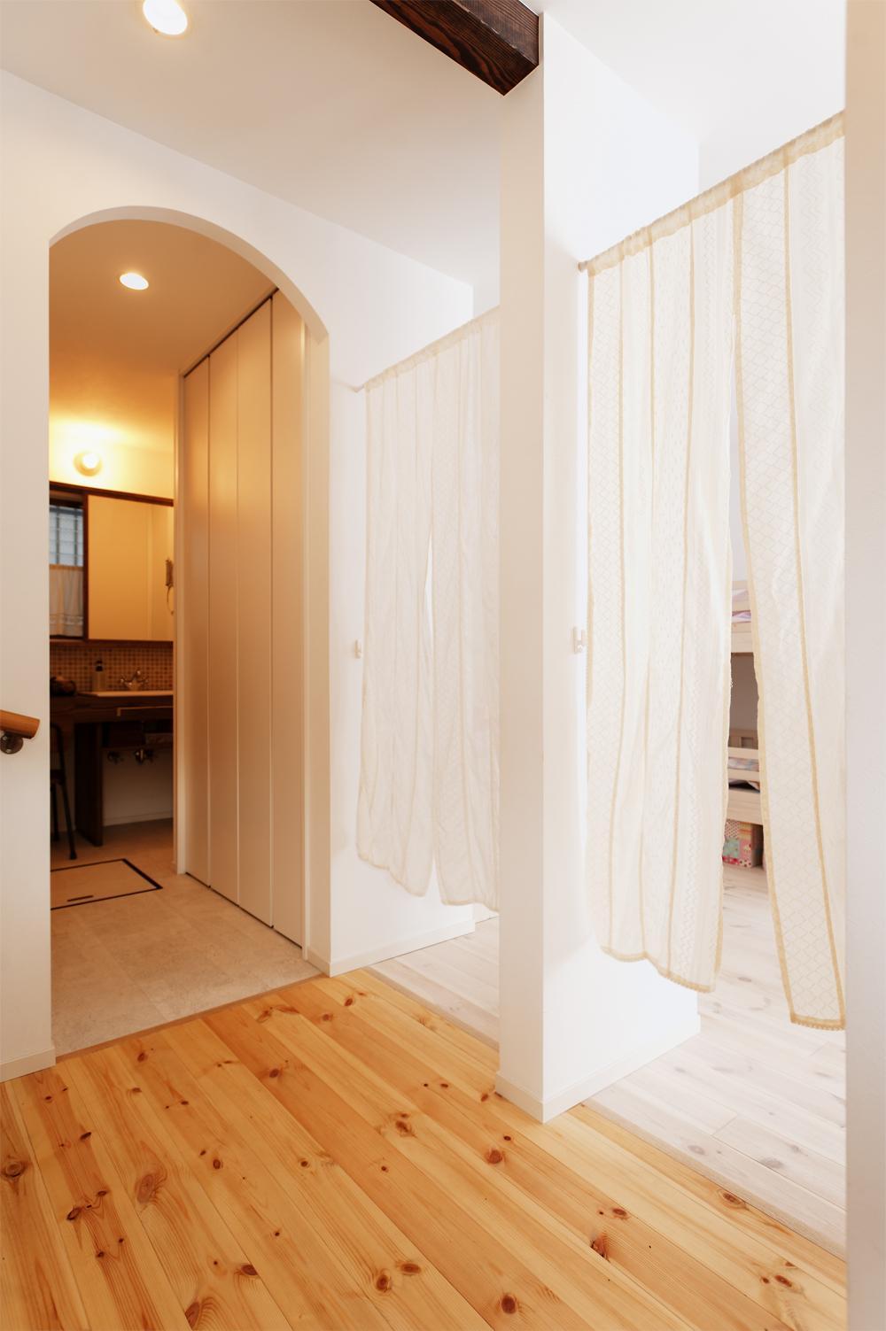 T邸・家族のくらしをより楽しく豊かにするとっておきの家の部屋 子供部屋入口・洗面室入口