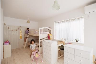 白で統一された子供部屋 (T邸・家族のくらしをより楽しく豊かにするとっておきの家)