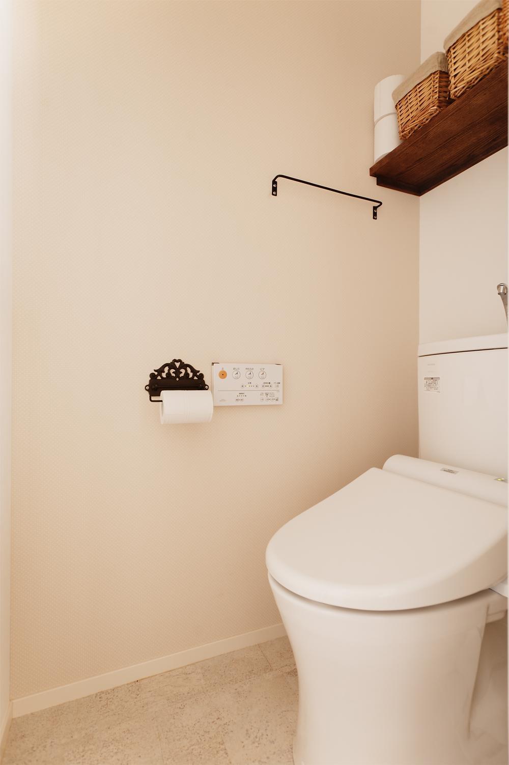 T邸・家族のくらしをより楽しく豊かにするとっておきの家の部屋 シンプルなトイレ空間