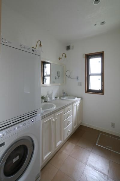 ホワイトカラーがスタイリッシュな洗面&ランドリースペース (N邸)