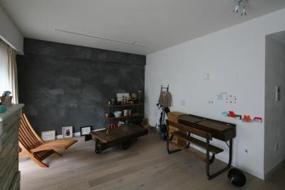 アンティーク家具と壁面でオリジナリティあふれるリビング (K邸)