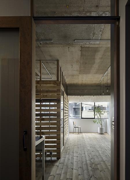 元浅草の住居の部屋 リビング入り口からの眺め (撮影:繁田諭)