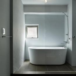シンプルなバスルーム (撮影:繁田諭)