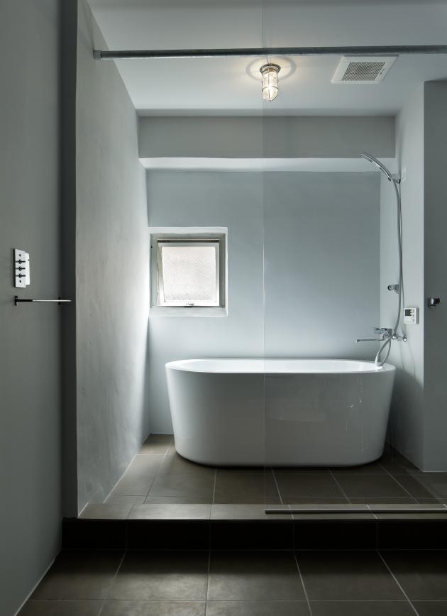 元浅草の住居の部屋 シンプルなバスルーム (撮影:繁田諭)