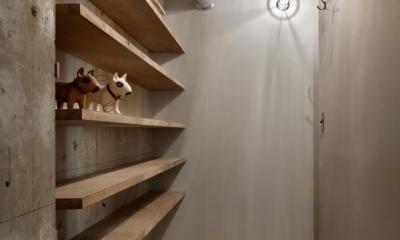 飾り棚がある玄関 (撮影:繁田諭)|元浅草の住居