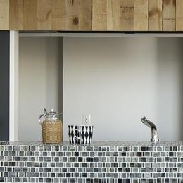 川崎の住居 (タイル張りのキッチンカウンター (撮影:繁田諭))