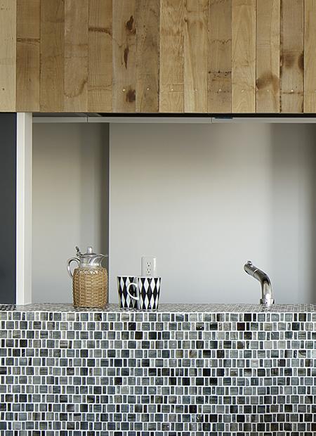 川崎の住居の部屋 タイル張りのキッチンカウンター (撮影:繁田諭)