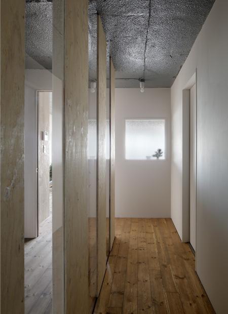 上町の住居の写真 廊下と間仕切り (撮影:繁田諭)