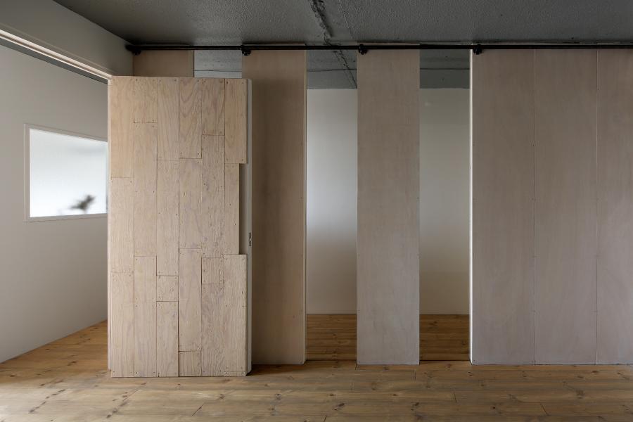 上町の住居の写真 合板とポリカーボネートの間仕切り (撮影:繁田諭)