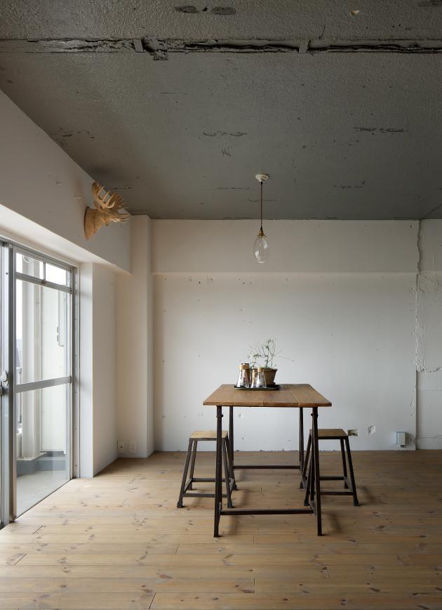 上町の住居の写真 コンクリートの天井があるダイニング (撮影:繁田諭)