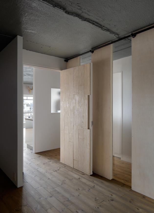 上町の住居の写真 間仕切りで仕切られてる寝室 (撮影:繁田諭)