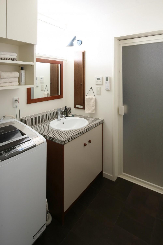 S邸 (キッチンとテイストを統一させた洗面台)