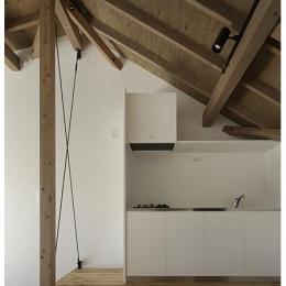 保谷の小さな家 (架構の見える天井の高い白いキッチン (撮影:繁田諭))