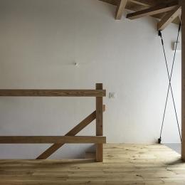 保谷の小さな家 (白を基調とした壁がある室内階段 (撮影:繁田諭))