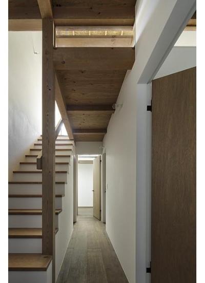 保谷の小さな家 (奥行きを感じる廊下と階段 (撮影:繁田諭))