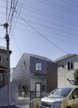 保谷の小さな家 (二色の鋼板で配色された外壁 (撮影:繁田諭))