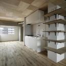 収納棚と白いキッチン (撮影:繁田諭)