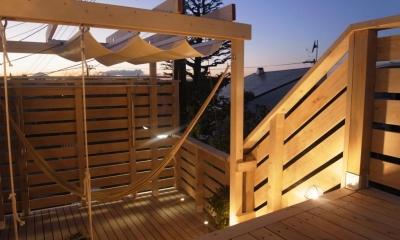 デッキ階段とパーゴラ|パーゴラとマリンライトのあるウッドデッキ