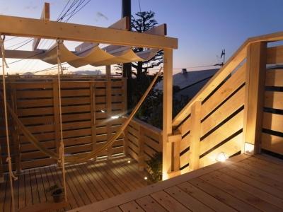 デッキ階段とパーゴラ (パーゴラとマリンライトのあるウッドデッキ)