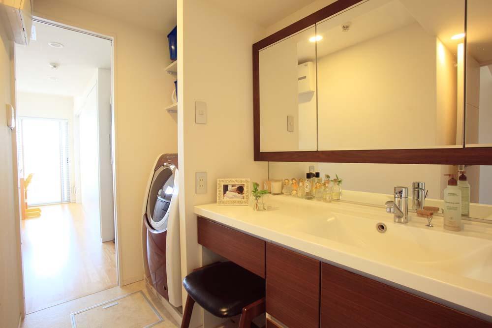 """オーダーメイド定価制""""M-STYLE""""で中古物件購入に合わせてこだわりのスケルトンリフォームの部屋 パウダールームのように落ち着ける洗面化粧室"""