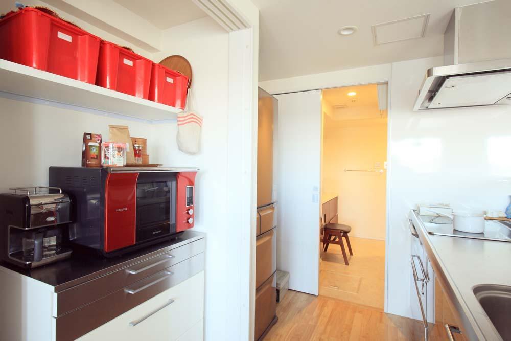 """オーダーメイド定価制""""M-STYLE""""で中古物件購入に合わせてこだわりのスケルトンリフォームの部屋 2WAYの動線のあるキッチン"""
