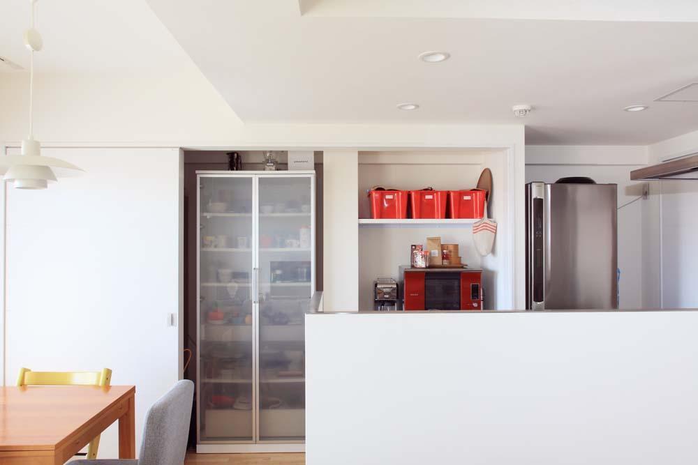 """オーダーメイド定価制""""M-STYLE""""で中古物件購入に合わせてこだわりのスケルトンリフォームの部屋 リビング側から見たキッチン&ダイニング"""