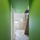 グリーンの壁がアクセントな廊下