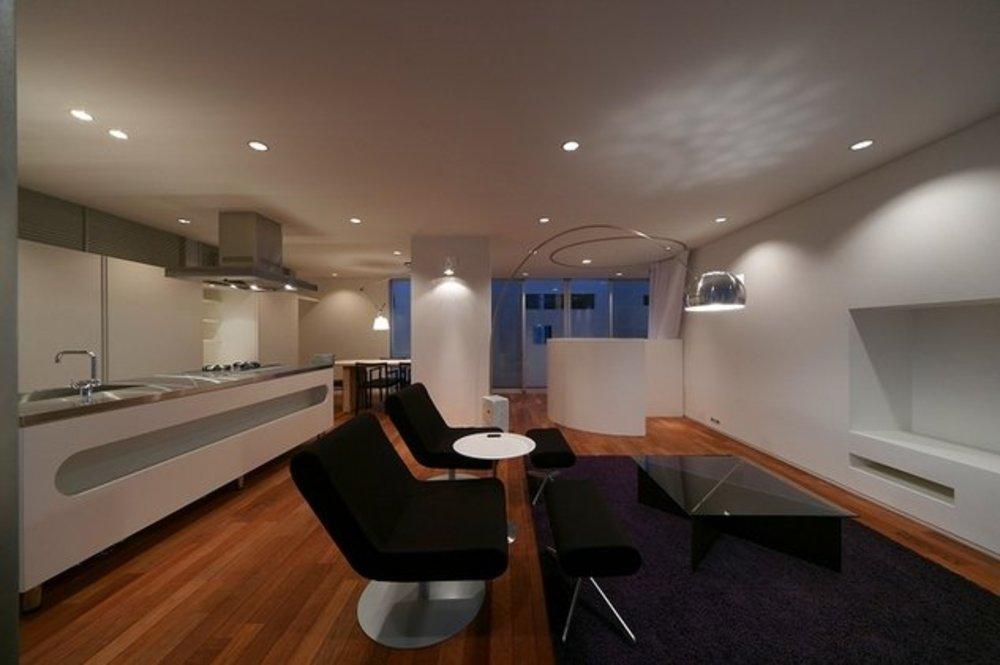 HAPPY DAYの部屋 モダンなリビングと白を基調としたキッチン