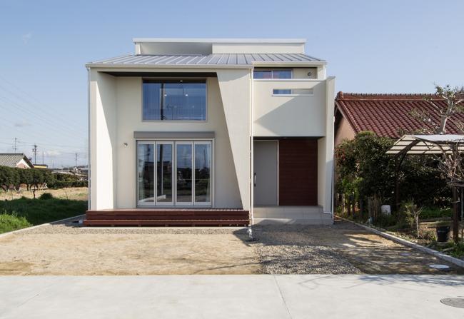浅井町の家の写真 白い外観