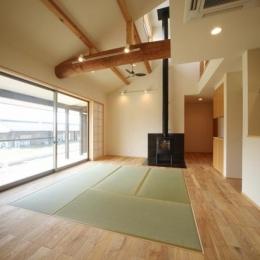 暖炉と畳のあるリビング (揖斐川町谷汲の家)