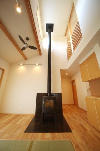 揖斐川町谷汲の家の写真 暖炉のある吹き抜け空間