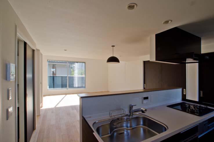 世田谷の住宅3 (キッチンからリビングを見る)