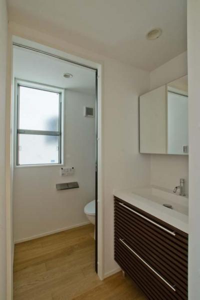 2階洗面とトイレ (世田谷の住宅3)