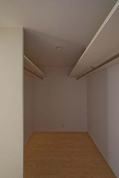 寝室付属のウォークインクローゼット (世田谷の住宅3)