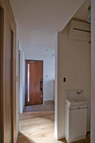 玄関近くに設置した手洗いコーナー (世田谷の住宅2)